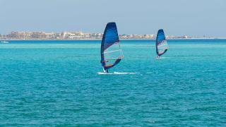 Windsurfer vor Soma Bay, Rotes Meer, Ägypten