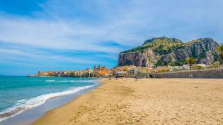 Strand von Cefalu, Sizilien, Italien