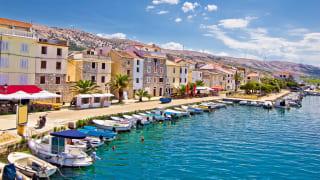 Uferpromenade der Stadt Pag, Dalmatien, Kroatien