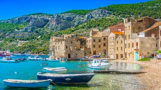 Ufer von Komiza, Insel Vis, Kroatien