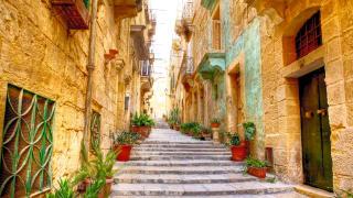 Kleine Straße mit Stufen in Valetta, Malta