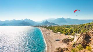 Gleitschirmflieger über Antalya, Türkei