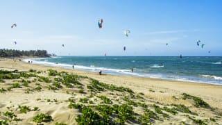 Kiteboarding am Strand von Cabarete, Dominikanische Republik