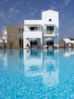 Poollandschaft und weiße Gästehäuser im Diamond Deluxe Hotel & Spa, Kos, Griechenland