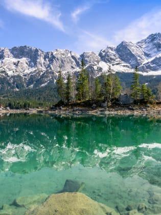 Der grünlich schimmernde Eibsee liegt 1000 Meter über dem Meeresspiegel © CA Irene Lorenz/Shutterstock.com