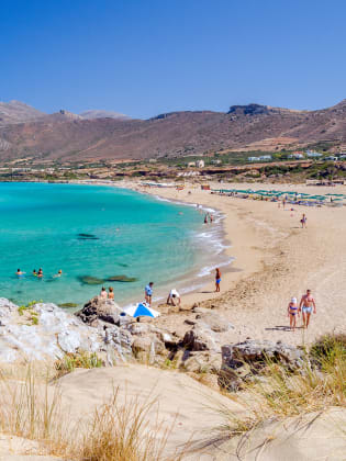 Am schönen Falassarna Beach könnt ihr Sonnenschirme und Liegen leihen. © gorelovs - stock.adobe.com
