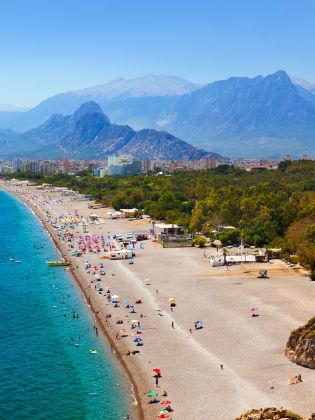 Die Küste bei Antalya besticht durch ihre kilometerlangen Strände. © Nikolai Sorokin - stock.adobe.com