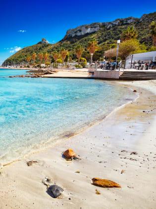Kristallklares Wasser und weißer Sand lassen den Strand von Cariglia in seiner vollen Schönheit strahlen. © Stefano Garau/shutterstock.com