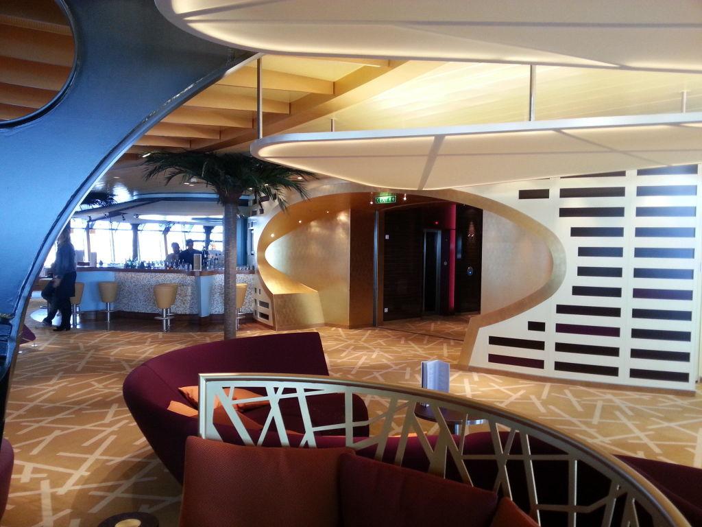 Lounge-Bereich mit Bar\