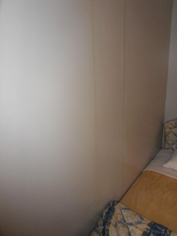Braunes Wasser läuft an der Wand des Bettes runter\