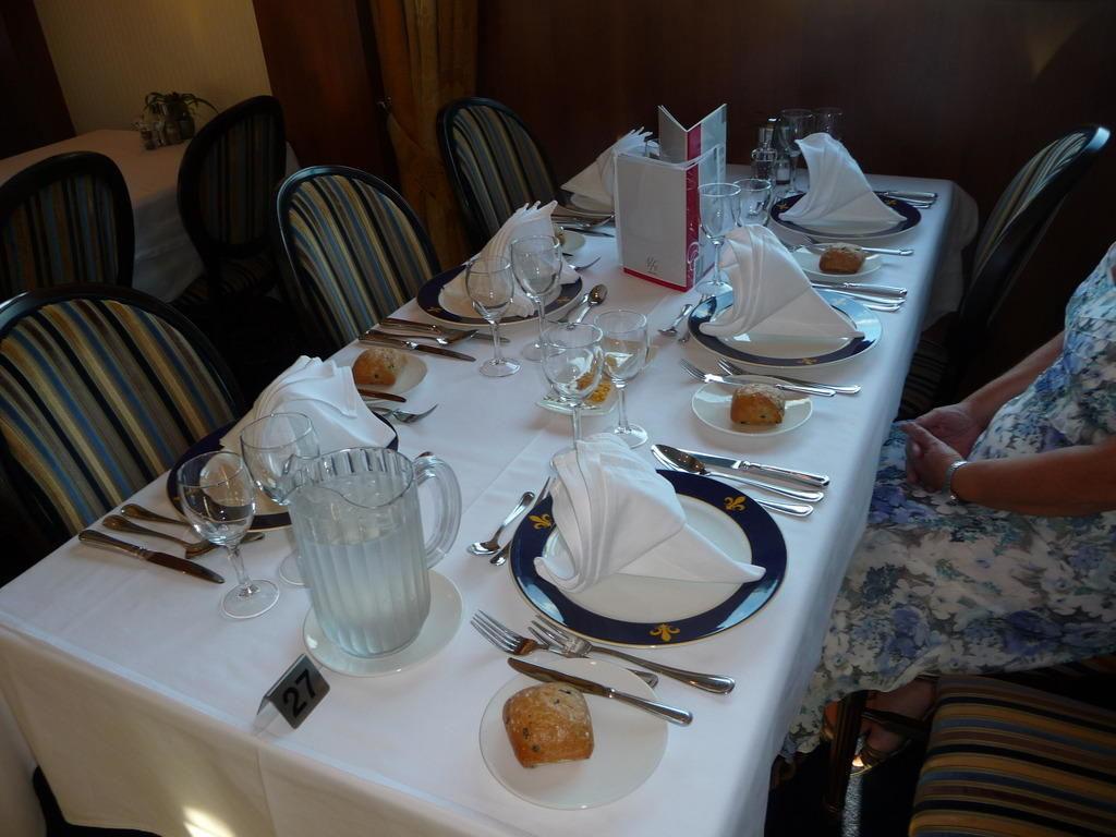 Schön gedeckter Tisch zum Abendessen\