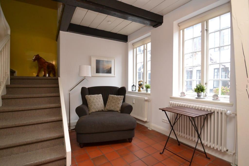 bild gem tliche leseecke im wohnbereich zu ferienhaus altes speicherkontor in flensburg. Black Bedroom Furniture Sets. Home Design Ideas