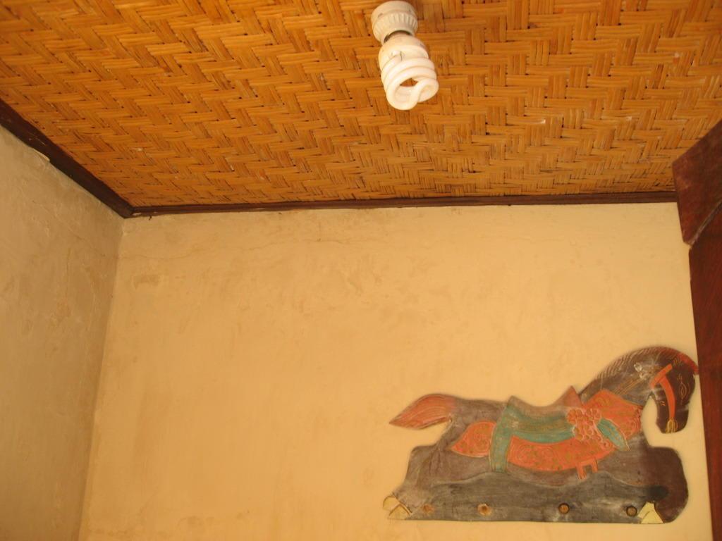 bild abgebrochene haken und badbeleuchtung zu tirta sari. Black Bedroom Furniture Sets. Home Design Ideas