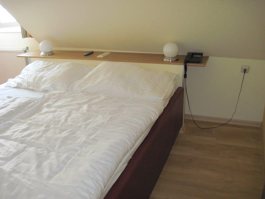 bild bett unter der dachschr ge zu pension sonnenhof in m rbisch am see. Black Bedroom Furniture Sets. Home Design Ideas