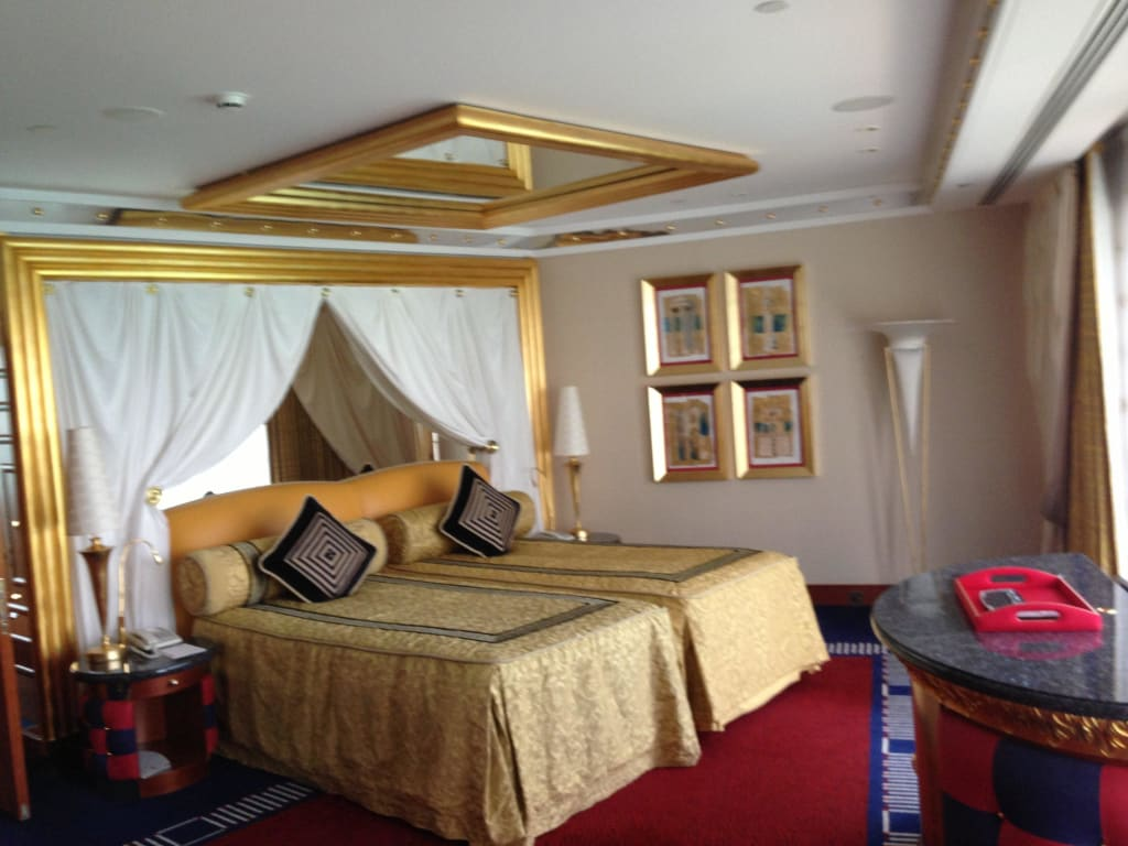 bild bett 170m suite mit spiegel an der decke zu hotel burj al arab in dubai. Black Bedroom Furniture Sets. Home Design Ideas