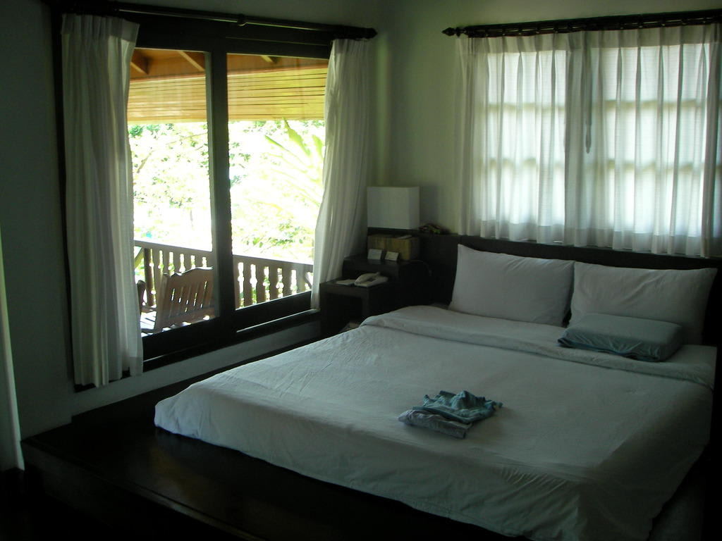 bild bett am fenster im cottage 401 zu samui new star. Black Bedroom Furniture Sets. Home Design Ideas