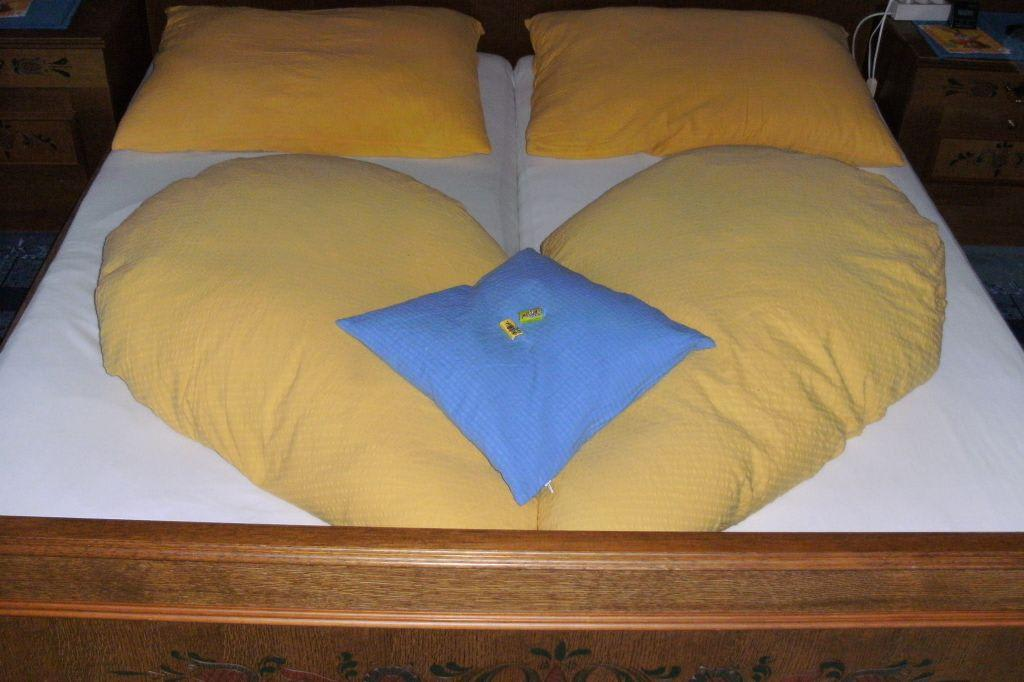 bild betten machen zu pension wieser in altenmarkt im pongau. Black Bedroom Furniture Sets. Home Design Ideas