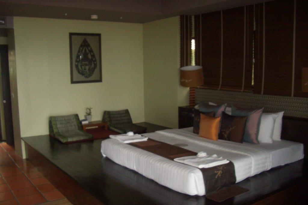 bild bett auf podest zu hotel wanaburee in sunset beach. Black Bedroom Furniture Sets. Home Design Ideas
