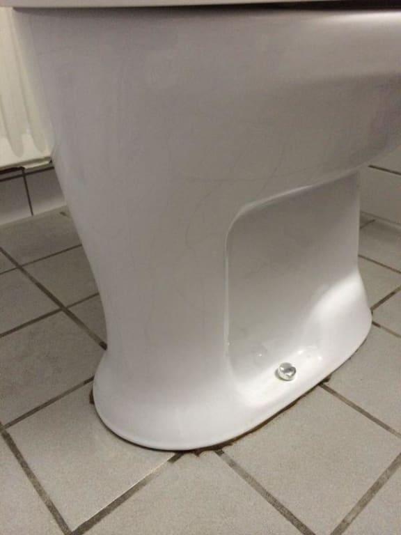 bild toilette l uft unten aus toilettenbecken wackelt. Black Bedroom Furniture Sets. Home Design Ideas