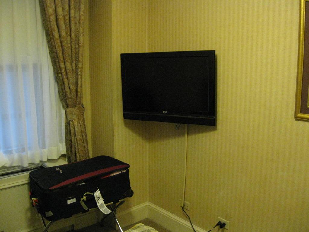 bild fernseherwandfenster zu hotel wellington in new. Black Bedroom Furniture Sets. Home Design Ideas