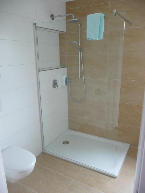 bild ebenerdige dusche mit zwei duschk pfen zu hotel. Black Bedroom Furniture Sets. Home Design Ideas