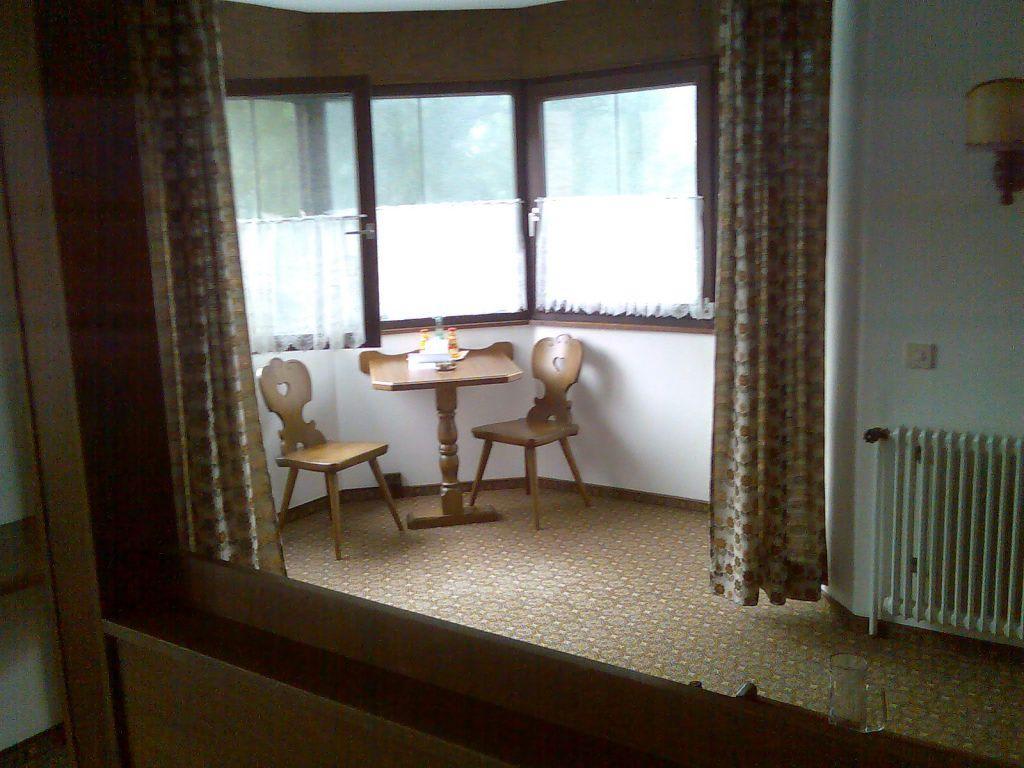 bild sitzecke zu landgasthof r ucherhansl in oberteisbach. Black Bedroom Furniture Sets. Home Design Ideas