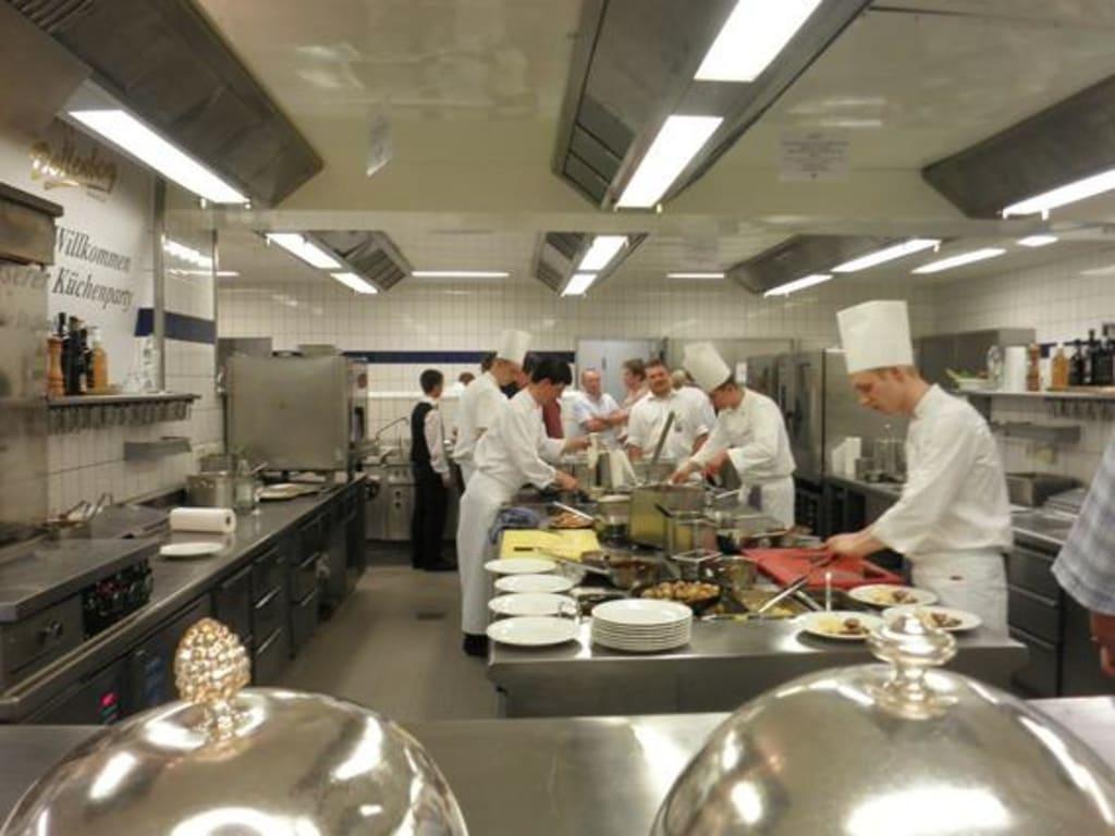 """Bild""""Die Küchenparty"""" zu Hotel Relais und Chateaux Dollenberg in Bad Peterstal Griesbach"""