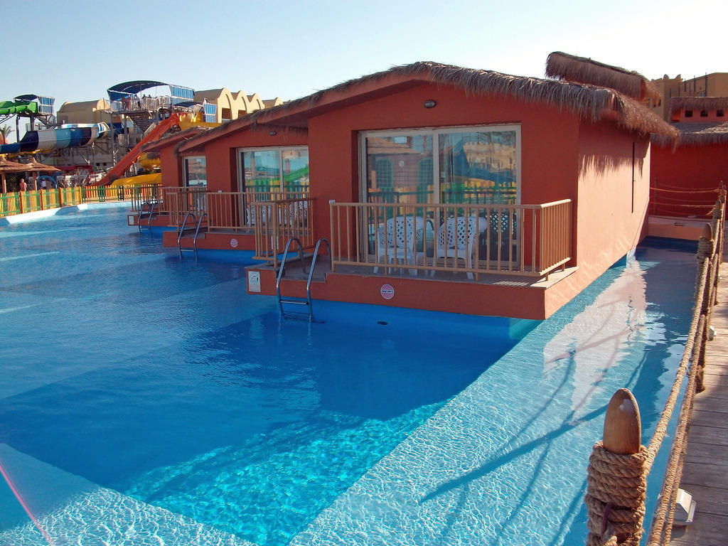 bild bungalow mit pool zu hotel titanic beach spa aqua park in hurghada. Black Bedroom Furniture Sets. Home Design Ideas