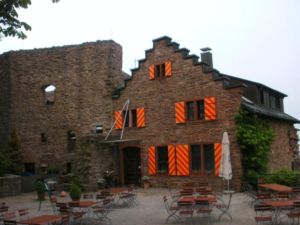 bild einladende gastronomie der burg zu ebersteinburg in baden baden. Black Bedroom Furniture Sets. Home Design Ideas