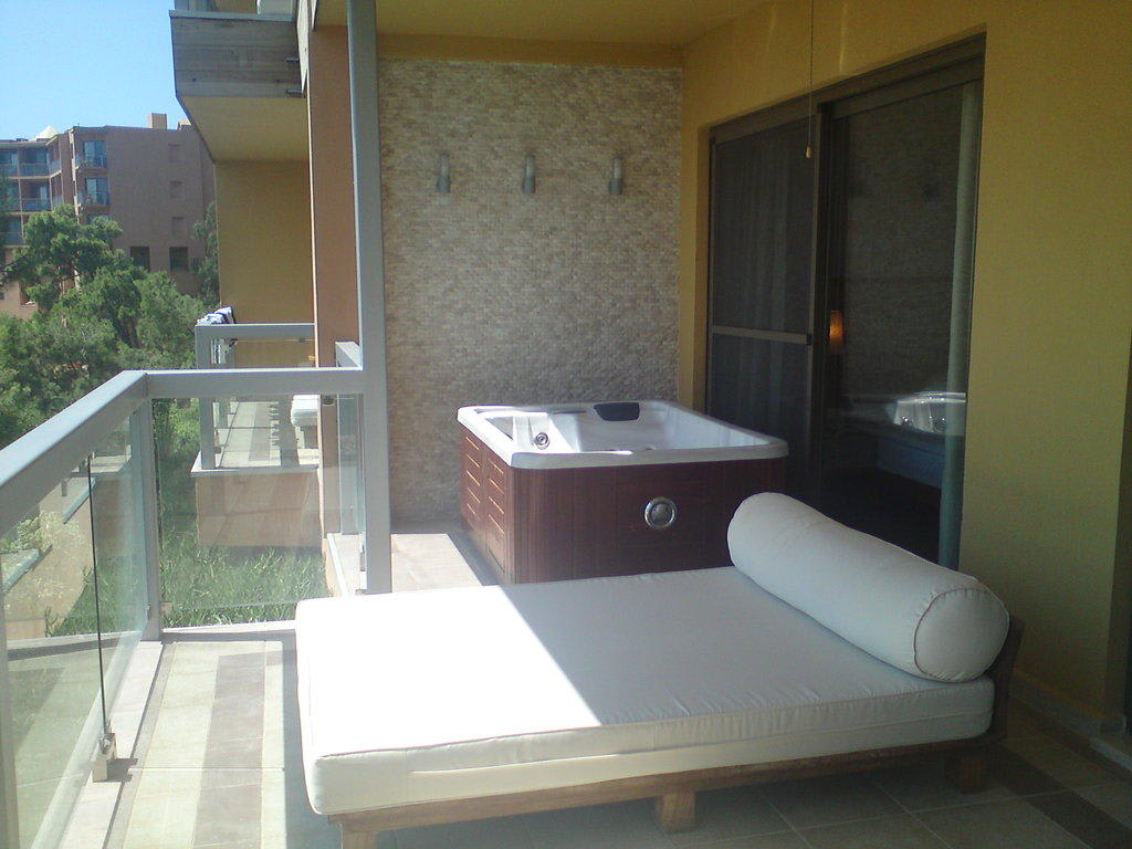 bild balkon mit whirlpool zu robinson club sarigerme. Black Bedroom Furniture Sets. Home Design Ideas