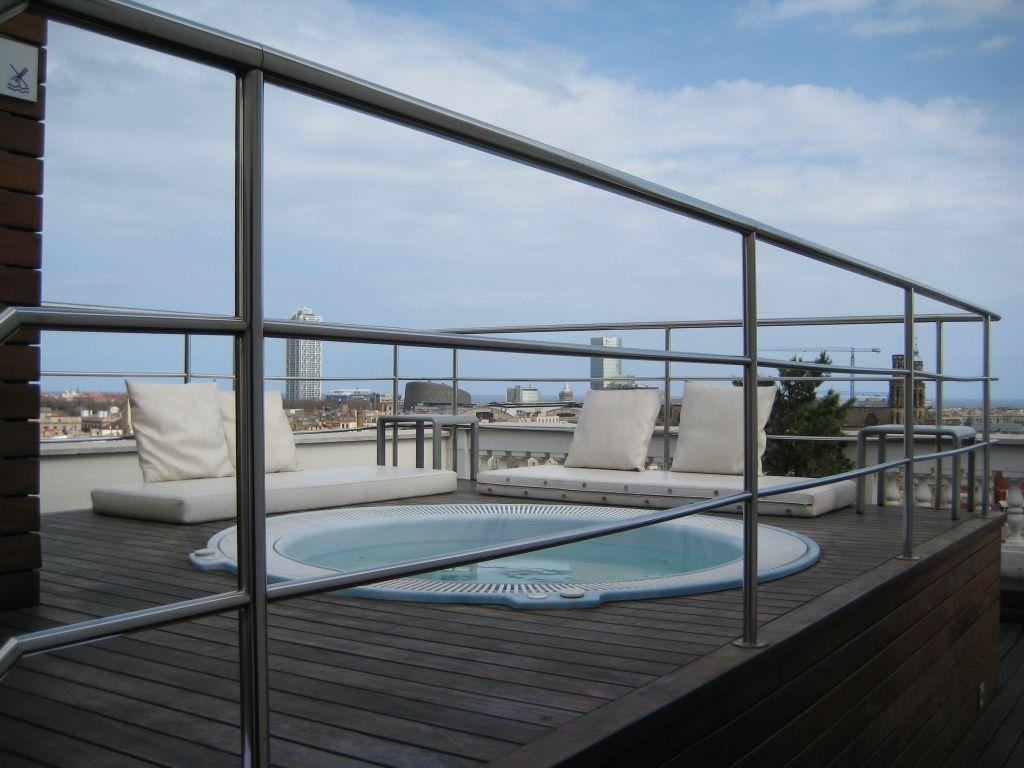 bild whirlpool auf der dachterrasse zu hotel h10 montcada in barcelona. Black Bedroom Furniture Sets. Home Design Ideas