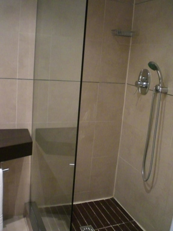 bild bad dusche mit laminat zu savhotel in bologna. Black Bedroom Furniture Sets. Home Design Ideas