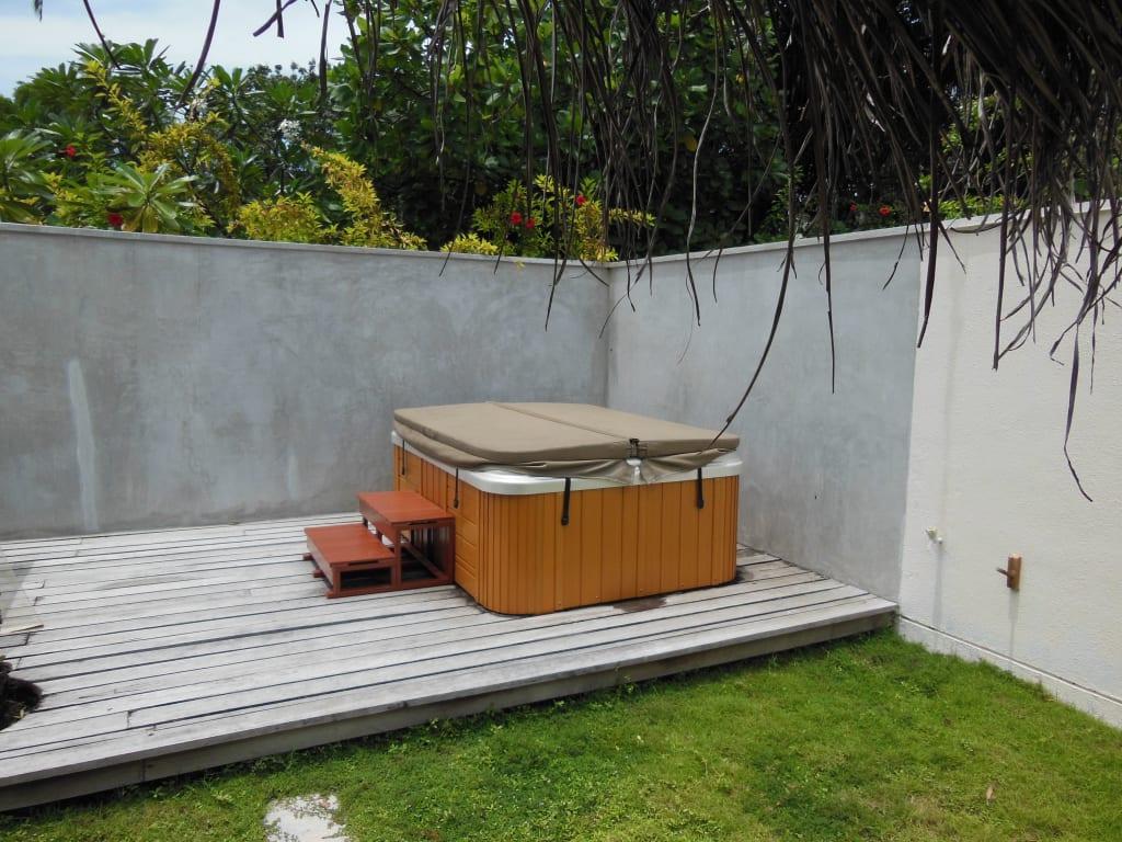 bild whirlpool im privaten garten zu hotel kuramathi. Black Bedroom Furniture Sets. Home Design Ideas