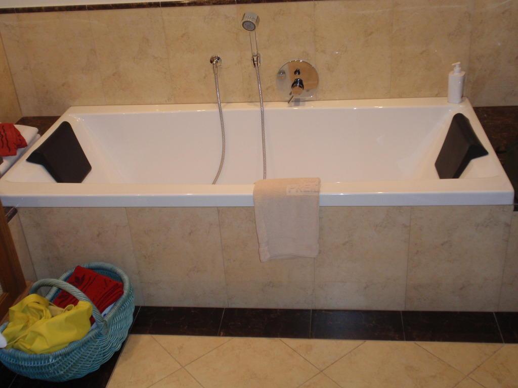 bild doppelbadewanne zu dolce vita hotel preidlhof in. Black Bedroom Furniture Sets. Home Design Ideas