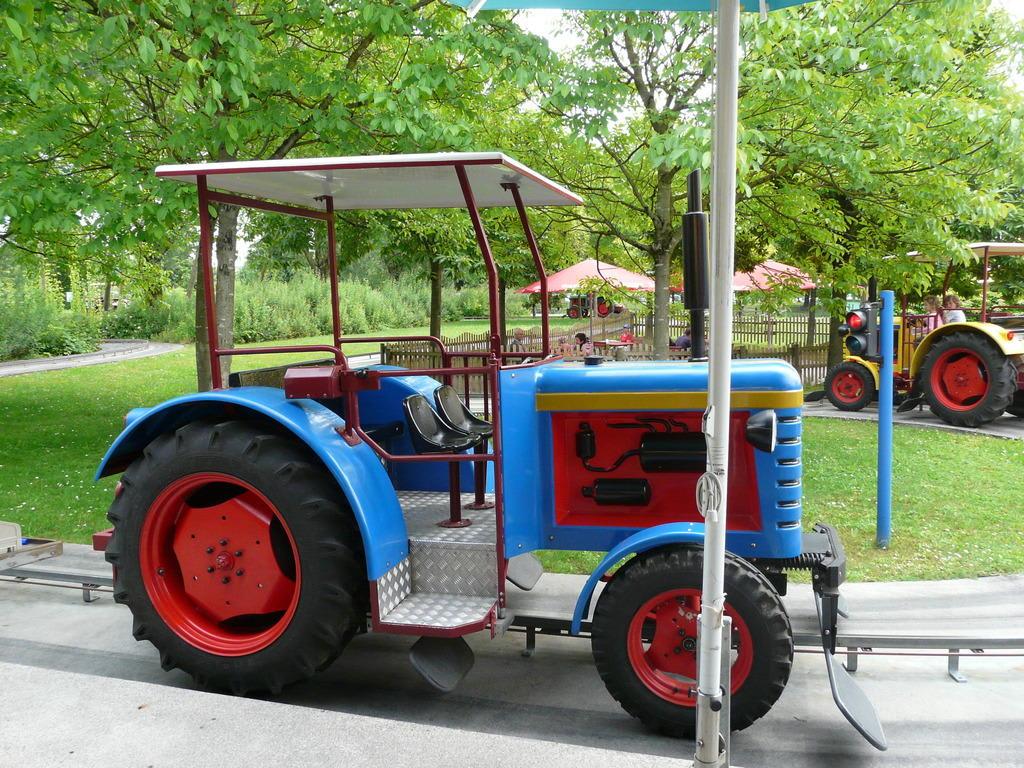 """Bild """"Traktor fahrt """" zu Ravensburger Spieleland in Meckenbeuren"""