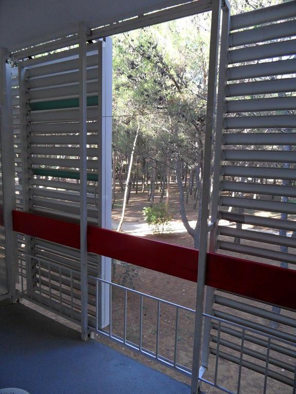 bild balkon sonnenschutz offen zu solaris hotel ivan in sibenik. Black Bedroom Furniture Sets. Home Design Ideas