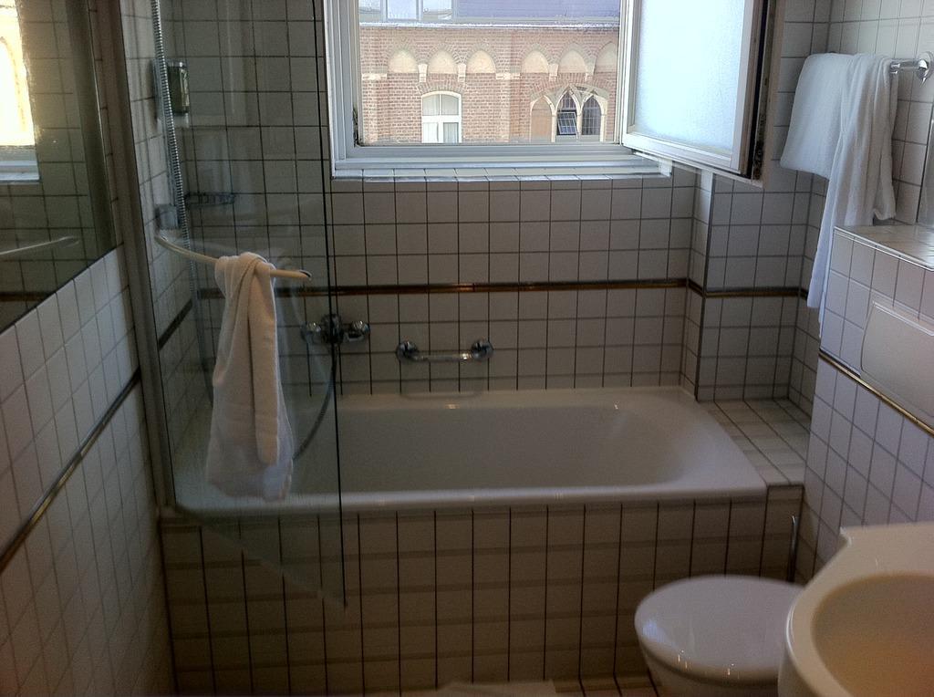 bild bad im stil der 70er oder 80er jahre zu ameron hotel k nigshof in bonn. Black Bedroom Furniture Sets. Home Design Ideas