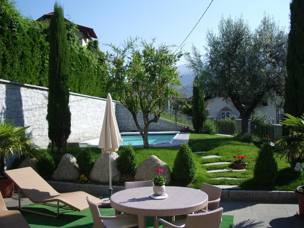 bild garten mit swimmingpool zu residence immenhof in dorf tirol tirolo. Black Bedroom Furniture Sets. Home Design Ideas