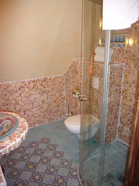 bild das sch ne badezimmer zu villa oriental in frankfurt am main. Black Bedroom Furniture Sets. Home Design Ideas