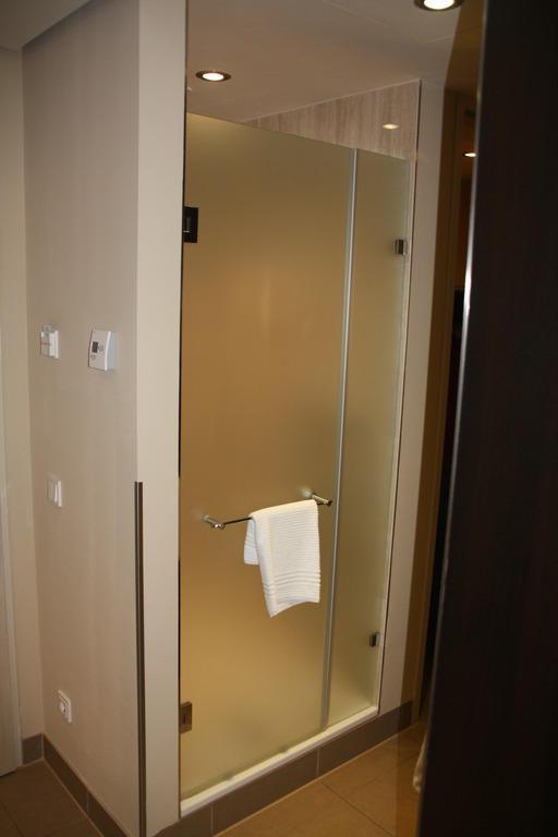 bild die dusche zu zweit duschen auch m glich zu lindner hotel am belvedere in wien. Black Bedroom Furniture Sets. Home Design Ideas