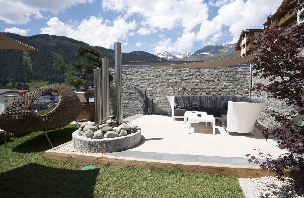 bild garten lounge zu hotel cervosa in serfaus. Black Bedroom Furniture Sets. Home Design Ideas