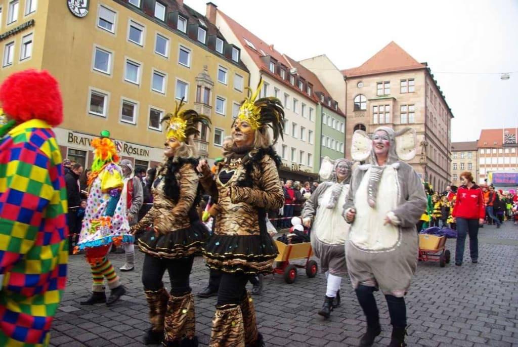 Bild Geile Kostume Zu Faschingsumzug In Nurnberg