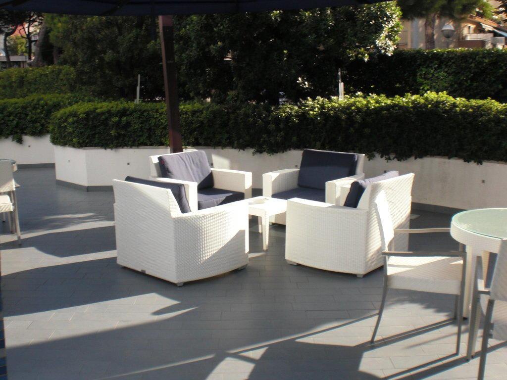 bild kleine terrasse zu mercure rimini lungomare in rimini. Black Bedroom Furniture Sets. Home Design Ideas