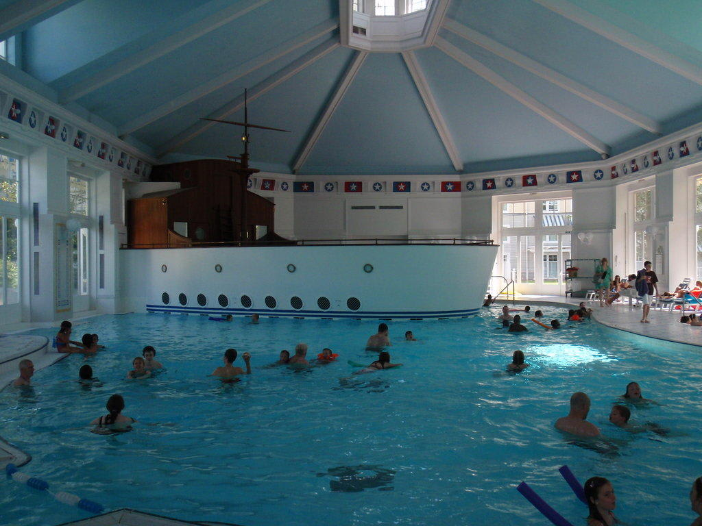 Bild innenpool zu hotel disney 39 s newport bay club in for Hotel disney avec piscine