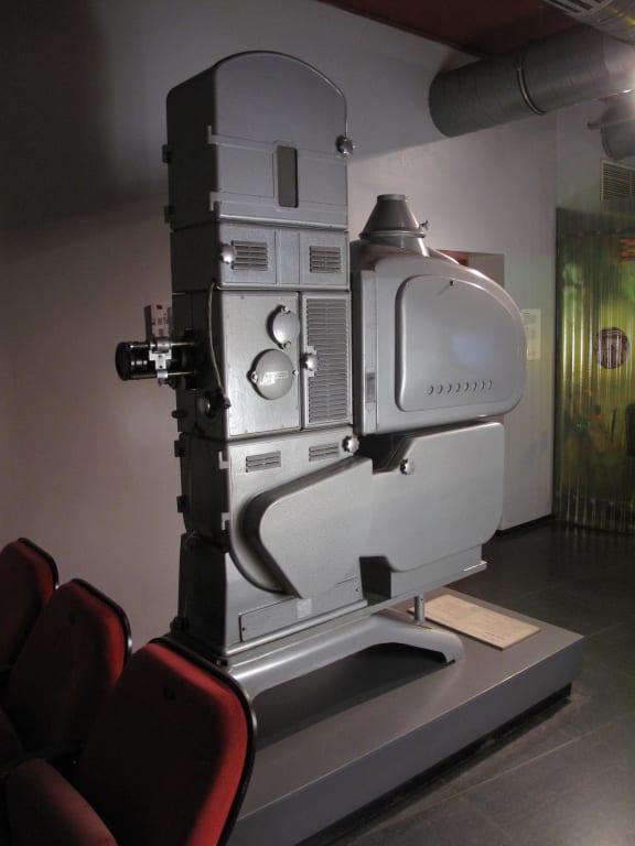 bild filmprojektor aus einem kino zu ddr museum karl liebknecht str 1 in berlin mitte. Black Bedroom Furniture Sets. Home Design Ideas
