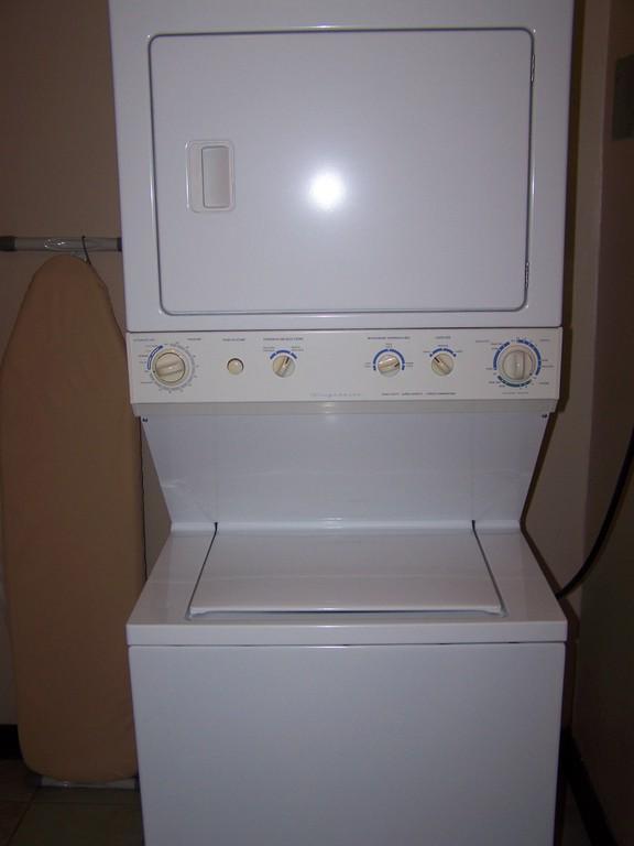bild waschmaschine mit trockner zu hotel casa conde in. Black Bedroom Furniture Sets. Home Design Ideas
