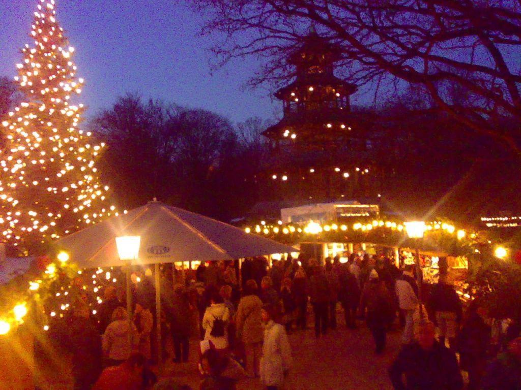 Weihnachtsmarkt Am Chinesischen Turm.Bild Christkindlmarkt Am Chinesischen Turm Zu Weihnachtsmarkt