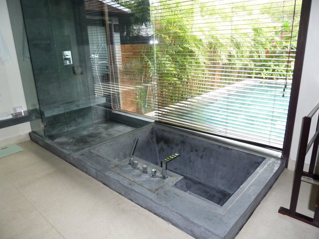 bild badewanne und dusche mit aussicht zu hotel fusion maia da nang in da nang. Black Bedroom Furniture Sets. Home Design Ideas