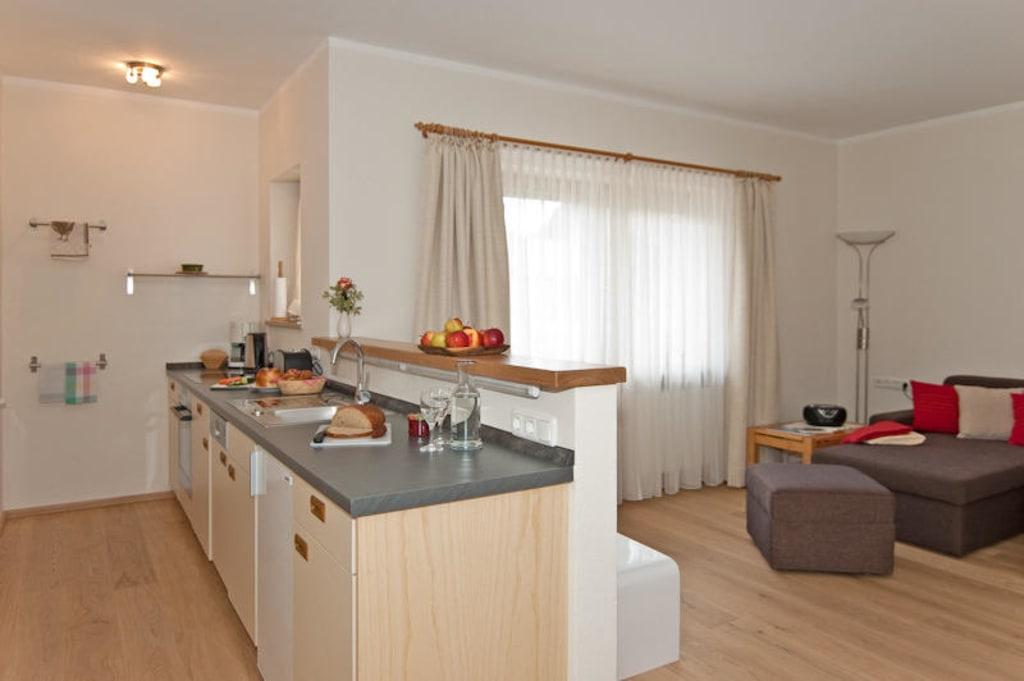 bild wohnzimmer mit offener k che 4 platten herd backofen zu ferienwohnungen serviced. Black Bedroom Furniture Sets. Home Design Ideas