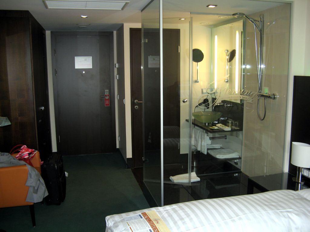 Bild Dusche, dahinter Waschbecken und die Tür zum WC zu  ~ Waschbecken Wien